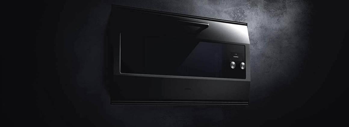 Gaggenau, EB 333 - Nouvelle version du four mythique à l'occasion des 333 ans de la marque et des 30 ans de l'appareil, en 2016. Porte en inox de 3 mm, boutons en inox, 17 modes de cuisson, écran tactile TFT, capacité de 82 litres pour 90 cm. ©Gaggenau