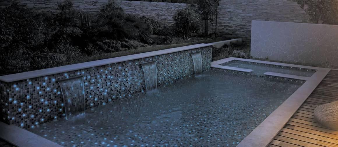 Collection de mosaïques phosphorescentes Fosfo, modèle Delphinus, en pâte de verre, aspect uni brillant. Effet obtenu via un colorant conçu pour capter la lumière la journée et la restituer la nuit. ©ezarri