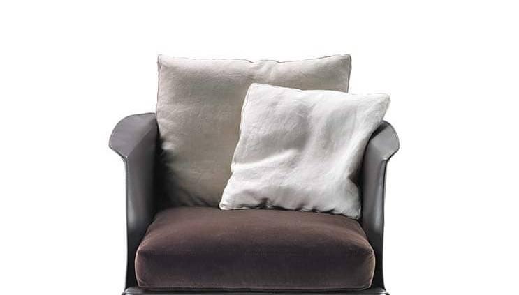 Fauteuil Isabel entièrement recouvert de cuir. Design Carlo Colombo. H 83 x L 84 x P 93 cm. ©Flexform