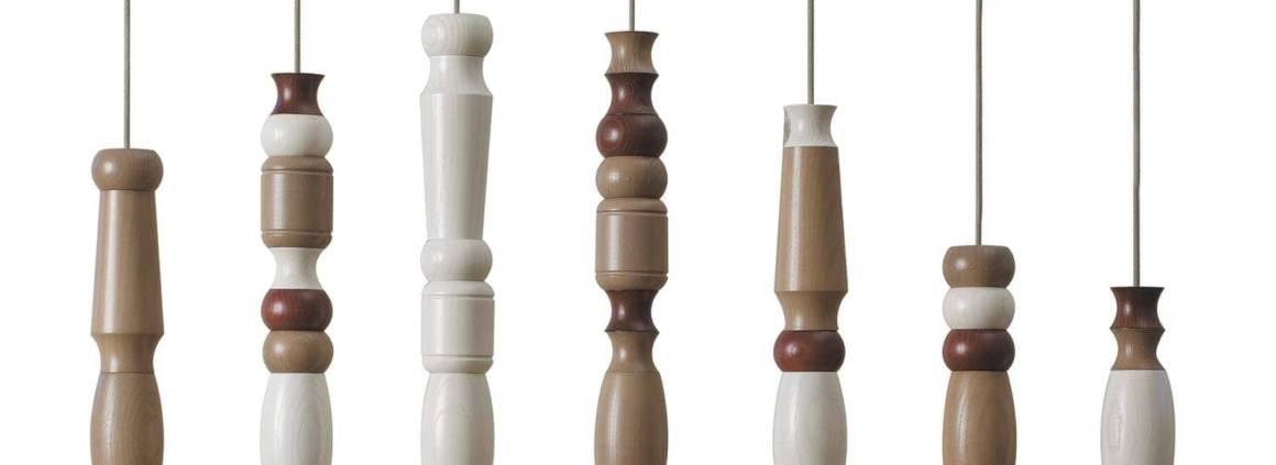 Suspension collier Morfema en petites perles aux nombreuses possibilités, composée de modules de bois blanc et acajou. Design Laura Alesi & Silvia Braconi