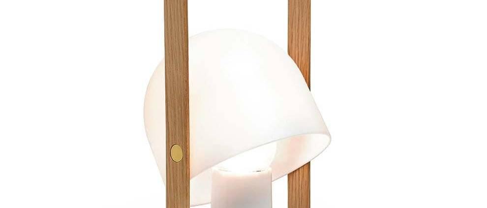 Lampe baladeuse Follow Me rechargeable en polycarbonate blanc et poignée en chêne. Jusqu'à 20 h d'autonomie. ø 12,3 - H 28,8 cm. LED avec variateur. ©Marset