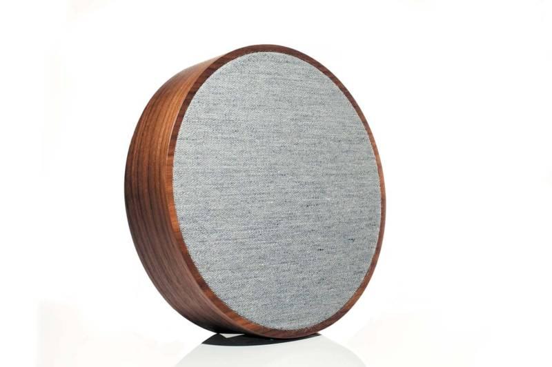 Enceinte Orb de la gamme L'art audio avec tissu acoustique Gabriel® et boîtier en noyer, sans fil. ø 23 cm. Autonomie 8 heures. ©Tivoli Audio