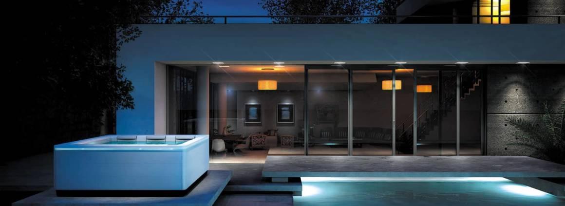 Spa cinq places Just Silence qui rend hommage à l'architecture contemporaine avec son design discret et élégant. Récompensé par le Reddot Design Award en 2016. Doté de technologie de pointe, commandes écran tactile, systèmes d'éclairage intégrés LED et concept inédit de siège banquette. ©Villeroy & Boch