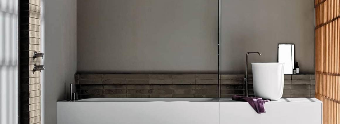 La collection Hammam combine un espace bain, douche et vasque en Corian®, du sol à la baignoire R1 (190 x 80 x H 55 cm) jusqu'au meuble Unico avec système d'ouverture push-pull accueillant une vasque à poser en Koeakril® (ø 42 cm). Une blancheur qui permet à la lumière tamisée de créer une ambiance apaisante. ©Rexa