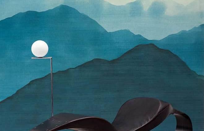 Papier peint Guizhou, modèle Yunnan. Panneaux de 4 lés de 70 x 300 cm. Vinyle sur intissé aux nuances bleu gris. ©Pierre Frey