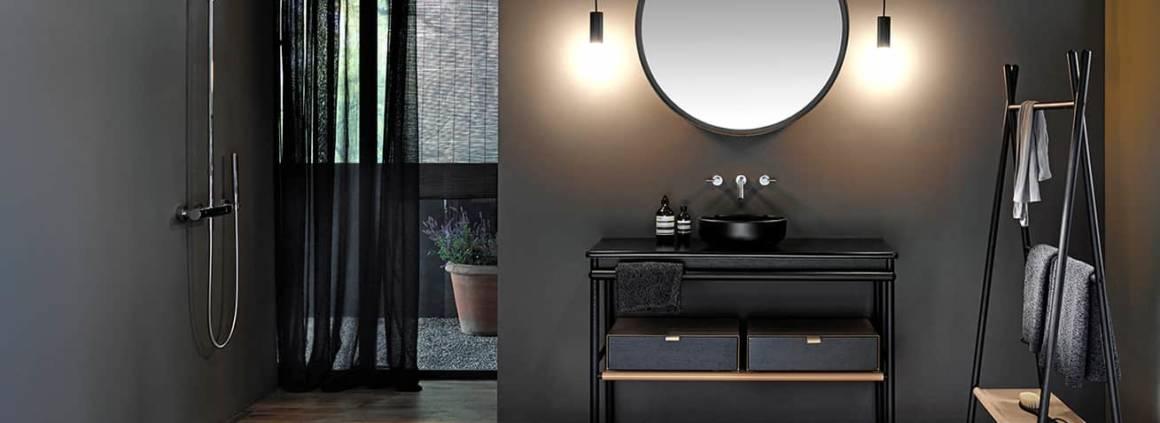 Composition Mya accessoirisée, en bois, cuir et céramique mate. ©Burgbad