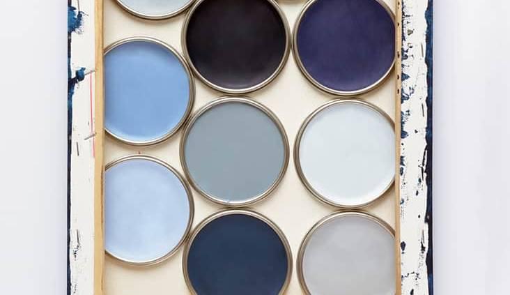 Palette de peintures bleu gris entre le Bleu Stone foncé et le Voile de Brume, clair. Couleurs de l'année 2017 chez Dulux Valentine. ©Dulux Valentine