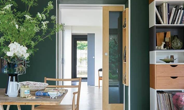 Peintures Pointing® No.2003 et Studio Green® No.93, l'une des 4 couleurs phares 2017. Vert botanique et tons crèmes. ©Farrow & Ball