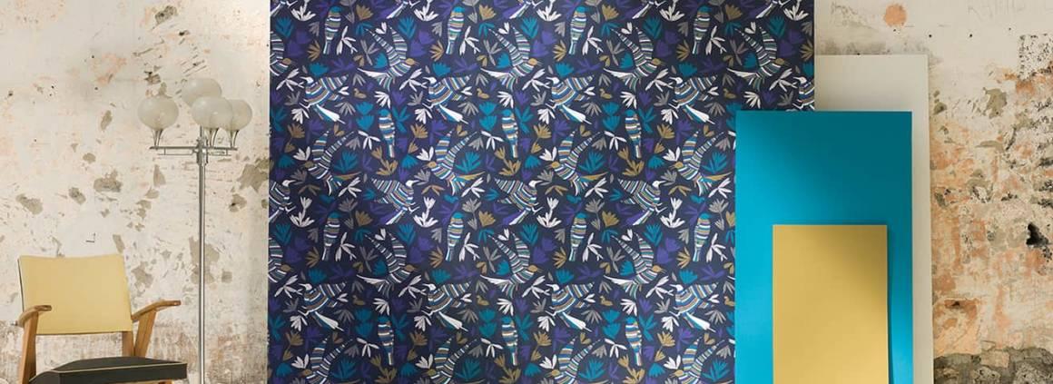 Papier peint La Ronde Des Oiseaux, associé à la peinture douce Sérénité n°20, le vert forestier Mousse et le bleu d'Amérique latine Acapulco. Design Studio Forestine. ©Ressource