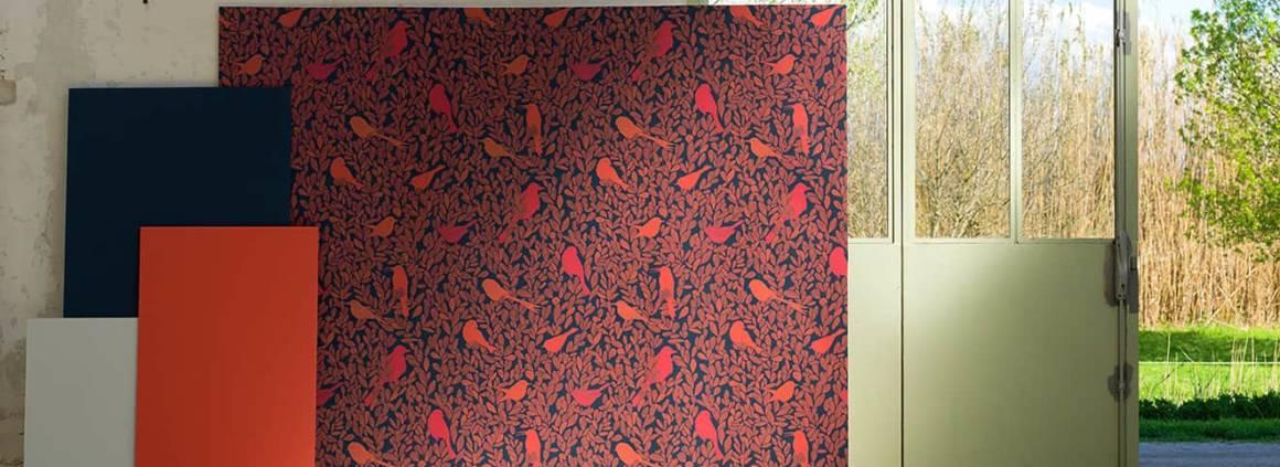 Papier peint Paradis Caché , associants le rouge Orféo, le bleu foncé Monticule et le blanc cassé N°19. Design Studio Forestine. ©Ressource