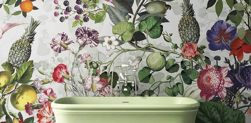 Papier peint vinyle Botanica Grey pour pièce humide. Baignoire Hollywood. Robinetterie Coventry. ©Devon&Devon