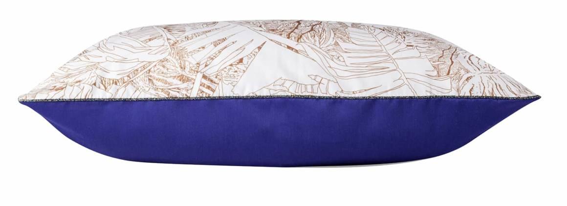 Coussin double face avec le tissu Jungle cuivre et uni bleu outremer. Design Tiphaine de Bodman. 60 x 40 cm. ©Petite Friture