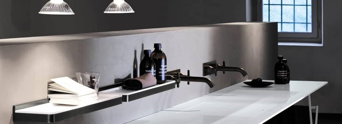Le plan de lavabo Ell en marbre comporte un ou plusieurs panneaux grillagés réalisés dans le même matériau que le plan, en pierre ou Solid Surface. La finesse s'inscrit dans une épaisseur de 4 cm s'effilant jusqu'à 1 cm. Un plan modulaire de L 80 à 260 x P 50 cm. Design Benedini Associati. ©Agape