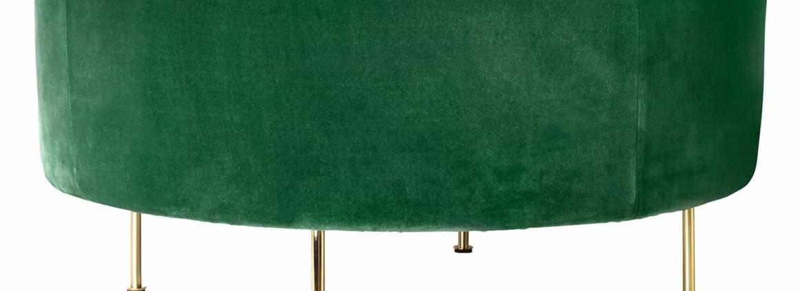 Pouf Modern Line recouvert de velours de coton vert, piètement métal. ø 80 cm. ©Gubi