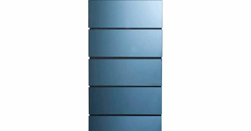 Semainier Globo 6 tiroirs, recouvert de miroir bleu, pieds en fonte d'aluminium. L 50 x H 137 x P 48 cm. ©Roche Bobois