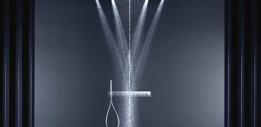 ShowerHeaven 1200 s'illustre par une douche de tête impressionnante de 1,2 mètre, dotée de quatre ailettes rétractables et d'un éclairage d'ambiance. L'eau est mise en scène par trois jets enveloppant : un monojet central, un large jet de pluie et la nouveauté PowderRain, sous forme de bruine. ©Axor