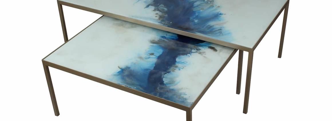 Tables basses Blue Mist Organic en verre peint à la main et cadre métallique. 4 dimensions. ©Notre Monde