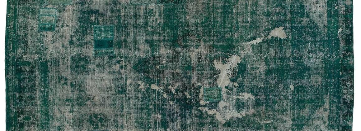 Tapis Decolorized soumis à un processus de décoloration de teintures végétales. Coloris Turquoise. 327 x 233 cm. ©Golran