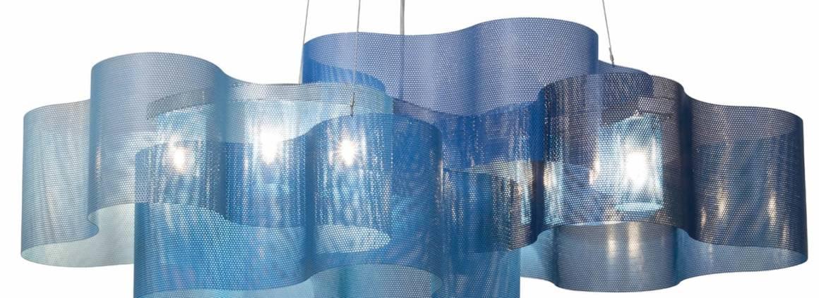 Suspension Nuage édition limitée en camaïeu de bleu. En inox perforé. L 80 x H 30 x P 49 cm. ©Thierry Vidé