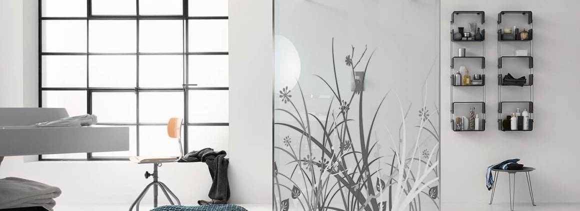 Paroi en verre Walk In, 6 mm, personnalisable, avec bras de renfort chromés. ©Inda