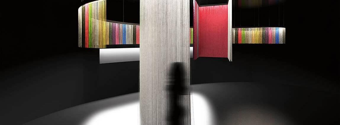 Artemide, Meti - Système qui combine la lumière et la division spatiale, composé d'un profil de lumière intelligent qui court suspendu associé à de légères franges en tissu de différentes longueurs qui filtrent la lumière. Le syst.me se compose de trois léments de base, un module linaire et 2 différentes courbes qui permettent de se déplacer librement pour dessiner des géométries complexes, ouvertes ou fermées. ©Artemide