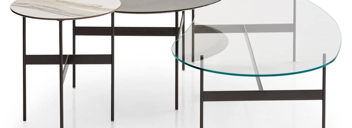 B&B Italia, Formiche - Tables basses de différentes tailles et formes. Avec plateau en verre transparent, en chêne clair, en métal laqué titane ou grès cérame. Épaisseur de 8 mm. Design Piero Lissoni. ©B&B Italia
