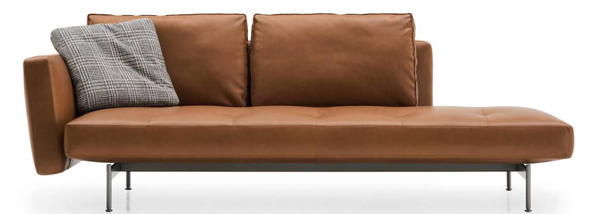 B&B Italia, SAKé - Système d'assises en 3 dimensions et nombreuses variations dont la chaise longue en cuir ou tissu avec surpiqûres et accoudoir autonome. Design Piero Lissoni. ©B&B Italia