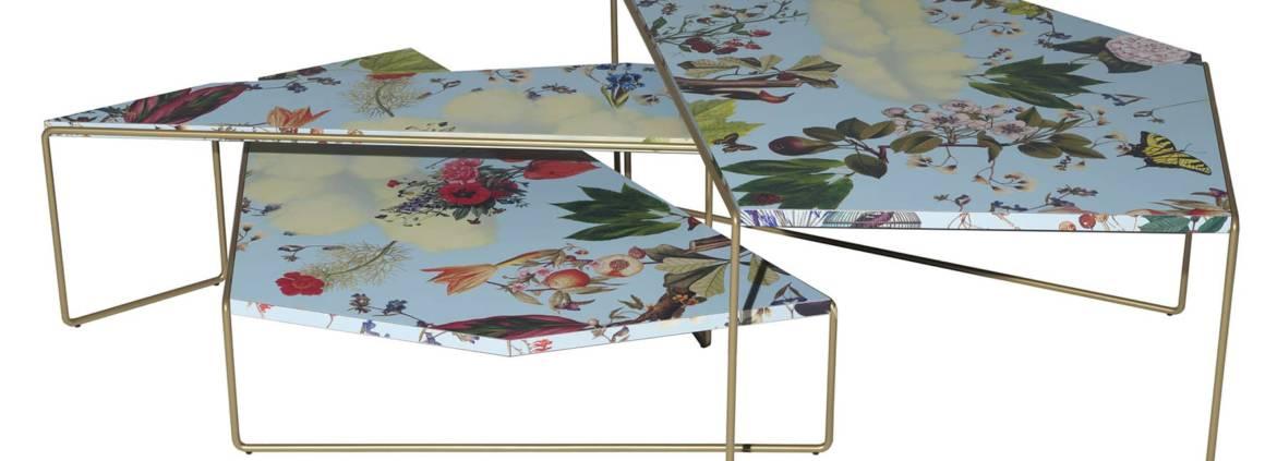 Driade, Zagazig - Collection de petites tables par ensemble de trois différentes tailles et hauteurs. Motif Floreale : collages imprimés numériquement et cadre en acier finition bronze. H 27/38 ou 47 cm. ©Driade