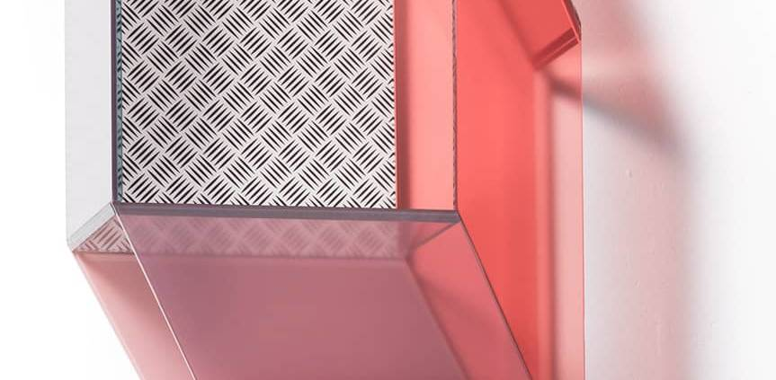Editions Milano, Miscredenza - Série de petits meubles architecturaux géométriques dont la version étagère, en verre teinté. Design Patricia Urquiola et Federico Pepe. L 47 x P 27 x H 76 cm. ©Editions Milano