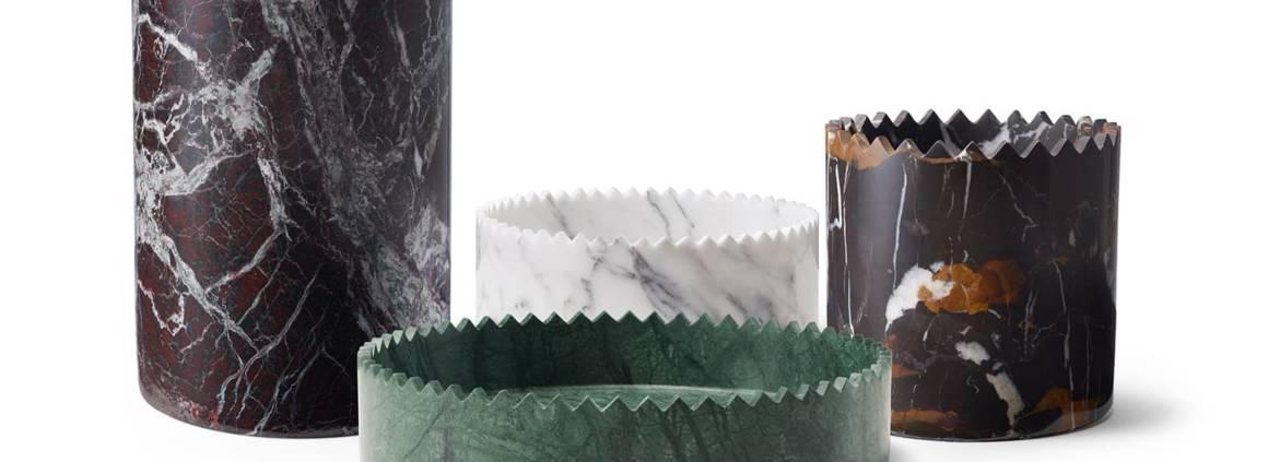 Editions Milano, Triangoli - Collection de 4 vases sculptés dans le marbre, imaginés comme des couronnes. Marbre Arabescato (ø 25 x H 11 cm), vert Guatemala (ø 32 x H 7 cm), rouge Levanto (ø 15 x H 21 cm), noir et or (ø 15 x H 15 cm). Design David/icolas. ©Editions Milano