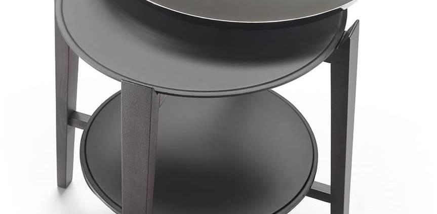 Flexform, Cabaré - Table d'appoint en bois et plateau en métal double, dont plateau amovible. ø 56 x H 53 x L 56 cm. ©Flexform