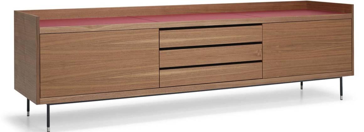 Frag, Privè - Buffet inspiré des années 60, en noyer avec revêtement cuir et piètement en acier brossé.Version avec tiroirs centraux. Design Christophe Pillet. H 64 x L 220 x P 48 cm. ©Frag