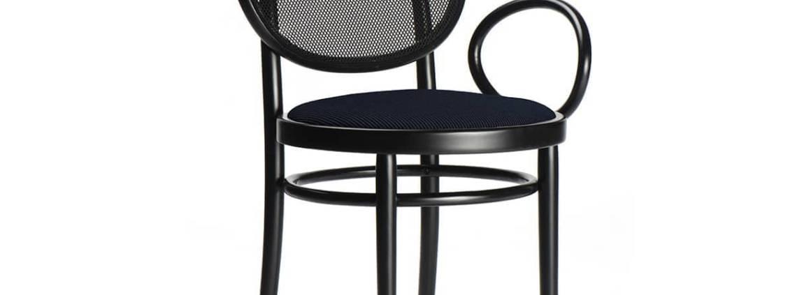 GTV, Nr. 0 - Petit fauteuil en bois de hêtre courbé et un dossier en tissu technique. Design Front. H 86 x L 55 x P 55 cm. ©GTV Gebrüder Thonet Wiener