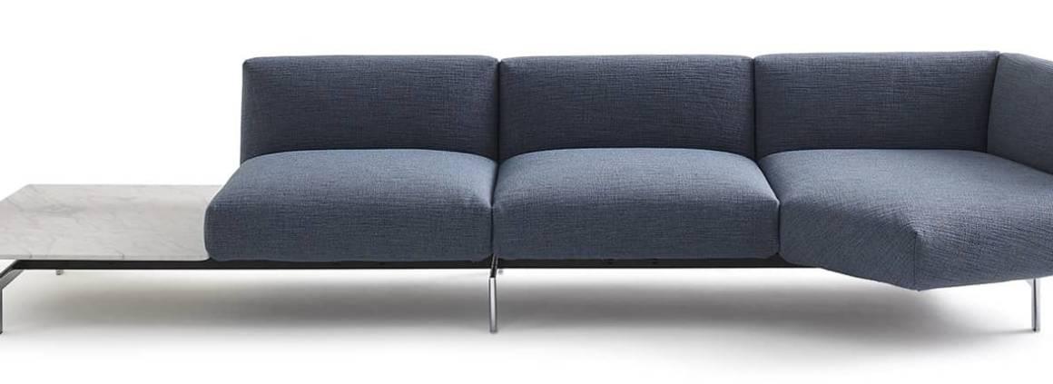 Knoll, Avio Sofa System - Canapé modulable enrichi d'un mécanisme innovant breveté permettant de faire pivoter l'assise d'angle, via une barre d'acier dissimulée qui accueille les sièges, dossiers et tablettes. Design Piero Lissoni. ©Knoll