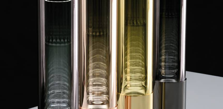 Leucos, Fairy - Lampes à poser ou suspensions en métal chromé, avec diffuseur en verre borosilicate et tube rayé décoratif. Finitions chrome, or, or rose ou métal noir. Design Toso&Massari. ø 9 x 47 cm. ©Leucos