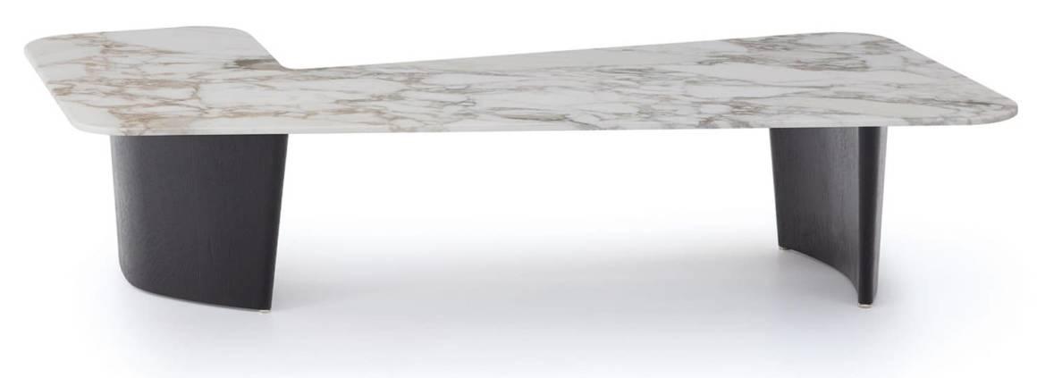 Minotti, Song - Table d'angle pour canapé ou fauteuil, avec piètement en chêne massif brossé et peint en noir et plateau en marbre Calacatta. Design Rodolfo Dordoni. H 28 x P 107 x L 146 cm. ©Minotti