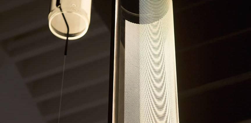 Vibia, Guise - Lumière virtuelle avec source LED de dernière génération et découpe des volumes en verre borosilicate striés au laser, pour créer des effets de lumière. Suspension horizontale ou verticale, applique ou lampadaire. Design Stefan Diez. ©Vibia