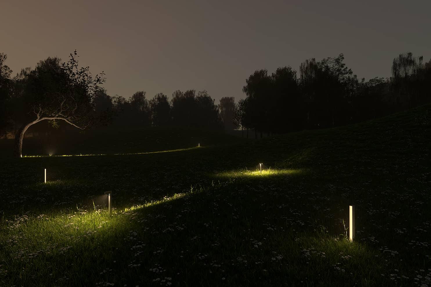 Famille Walking, version Focus (90/60 ou 30 cm) et Space (90 ou 60 cm), dédiée à l'univers outdoor qui dessine des paysages de lumière dynamiques, centrée sur la perception humaine. Faisceau coupant qui se projette en longueur. Design Carlotta de Bevilacqua. En aluminium extrudé. 3 coloris. ©Artemide