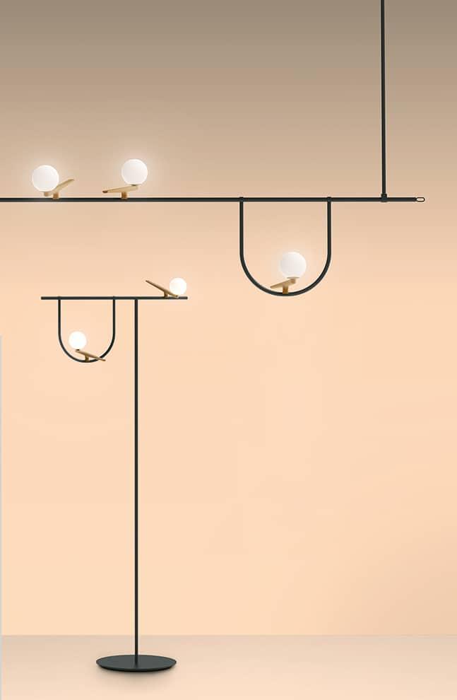 Suspension 1 et lampadaire Yanzi au design graphique porté par un équilibre de structures comme des perchoirs où viennent s'appuyer des hirondelles en cuivre brossé et têtes en verre blanc - Design Neri&Hu - ©Artemide