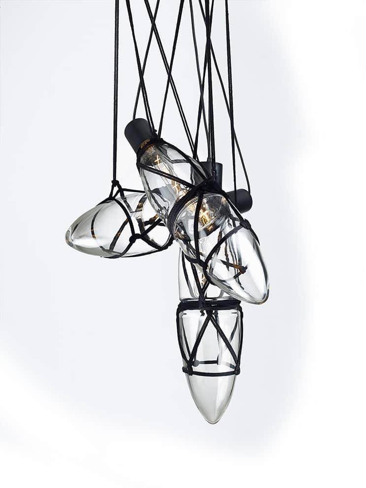 Inspiré du Japon, le luminaire Shibari composé de plusieurs suspensions permet de créer sa composition avec les cordes des 3 ou 5 éléments - En verre et métal - Design Kateřina Handlová - 1 suspension : L 16,8 x H 70 cm - ©Bomma