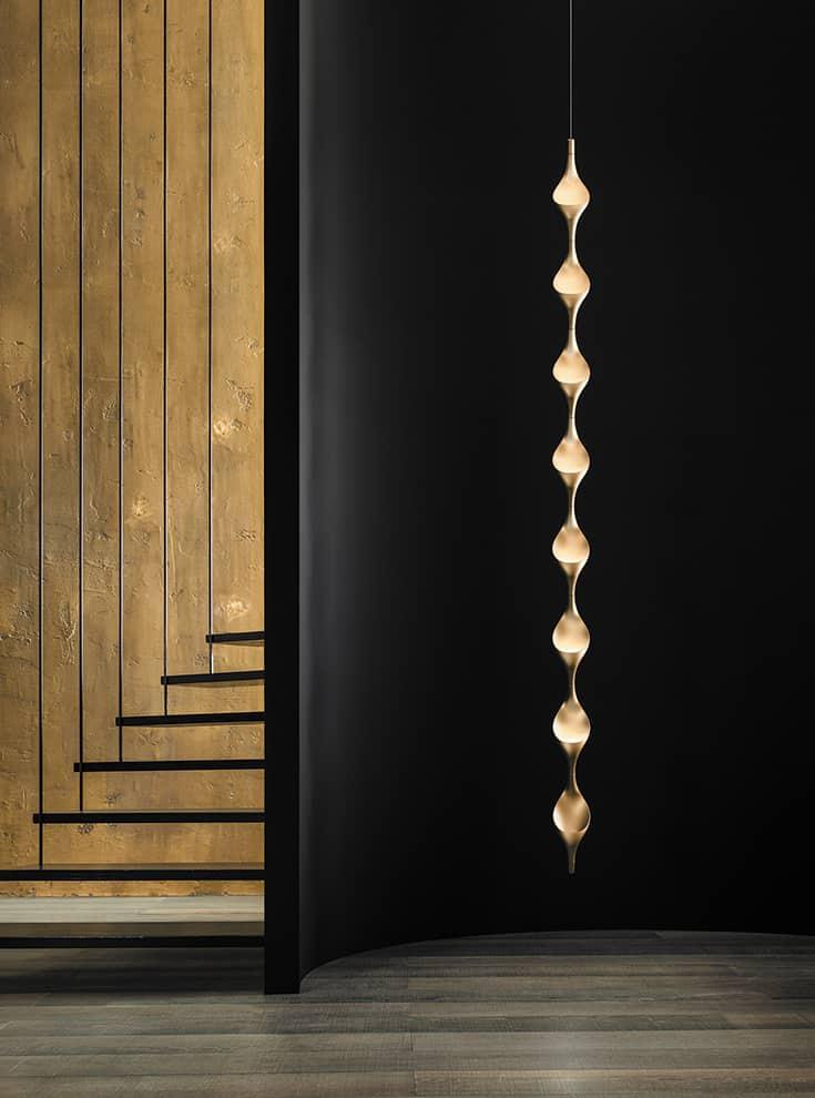 Suspension Acqua - composée de 8 éléments de H 28,5 x L 11 cm - avec de nouvelles finitions en or et argent effet anodisé opaque et feuilles d'or ou argent à l'aspect craquelé, insérées à la main - Source LED indirecte, avec option variateur - Design Luta Bettonica - ©Cini&Nils
