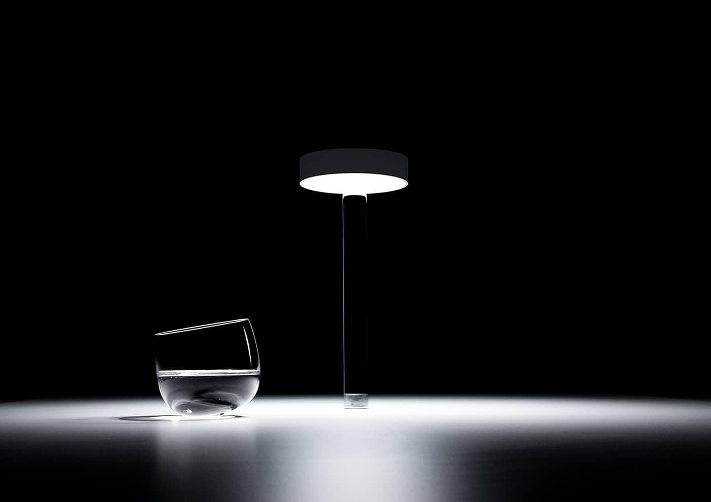 Lampe à poser Tetatet Flûte autonome (12h) avec batterie Lithium rechargeable qui permet à la colonne de support d'être pratiquement invisible - En métal et méthacrylate - ø 11 x H 25 cm - ©Davide Groppi