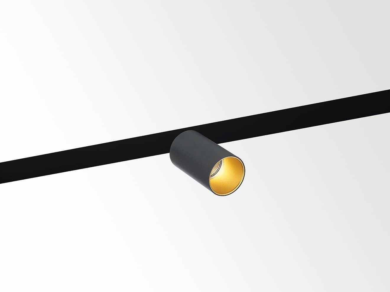 Profil Spitline Magnetic soit, une dynamique et une personnalisation des modules spots ou décoratifs, via un effet magnétique, comme la suspension Gibbo ou Microspy Basé sur une accroche plug & play pour changer et déplacer facilement. ©Delta Light