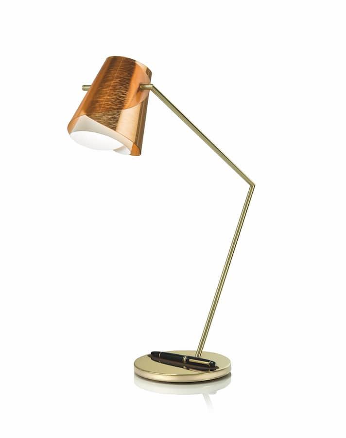 Lampe d'écriture Overlay qui épouse l'iconique Meisterstück - Le stylo allume la lampe lorsque qu'il se libère de son support - En laiton avec abat-jour en Lentiflex® replié comme une feuille, avec surface facettée et couleurs irisées - ©Slamp+Montblanc