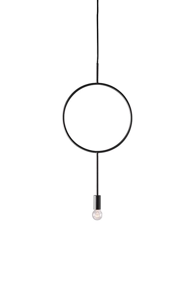 Suspension Circle en acier, à combiner avec d'autres afin de créer des compositions uniques et graphiques - Design Hannakaisa Pekkala. H 62 x L 30 cm - ©Northern Lighting