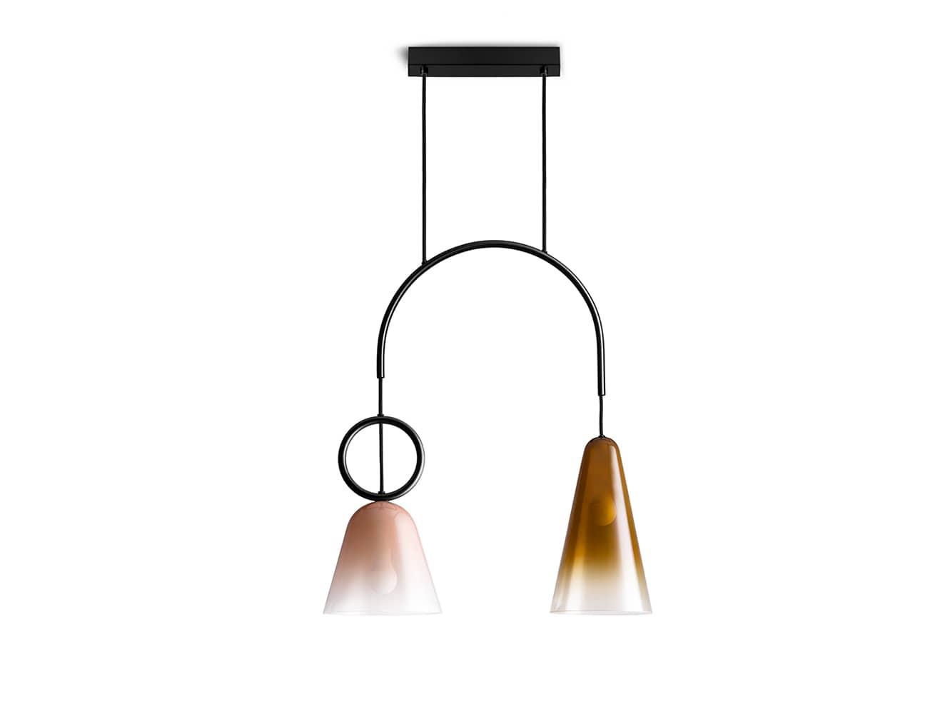 Suspension Kling duo rose et ambre avec cloches en verre offrant une lumière poudrée. Design Célia-Hannes - L 57 x H 62 cm - ©Petite Friture