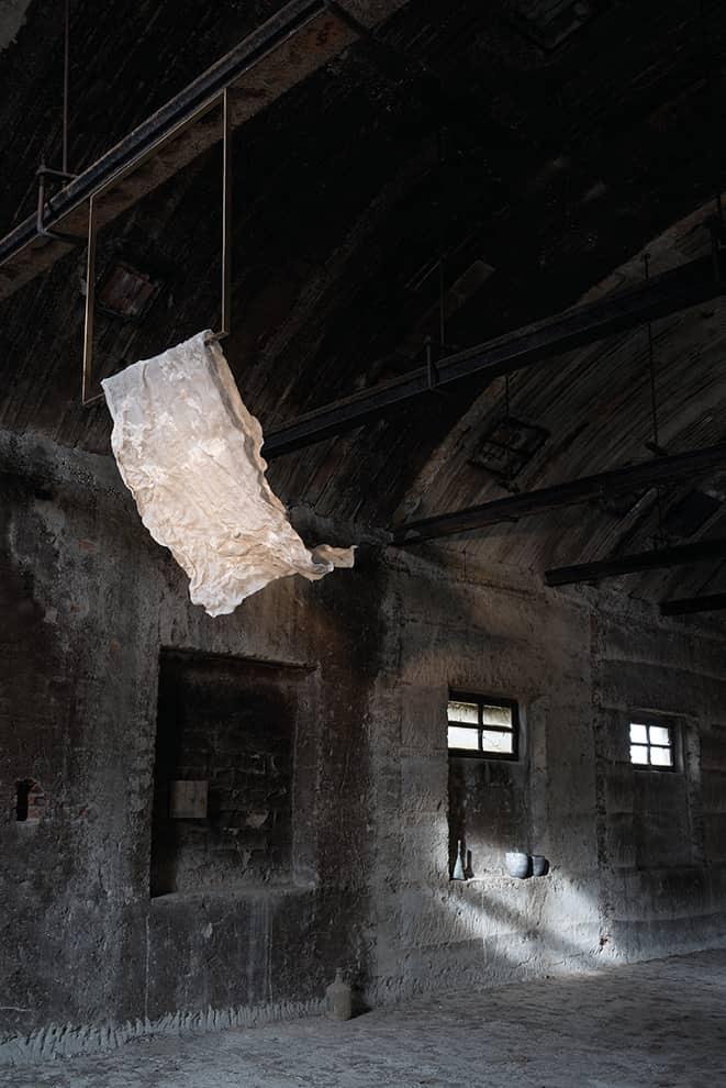 Suspension Soffio inspirée des vêtements séchant au vent, cristallisée dans son mouvement - Cadre en laiton léger et tissu synthétique à mémoire de forme, solidifié - Source LED - H 70 ou 150 cm - ©Be.Emanuel Gargano