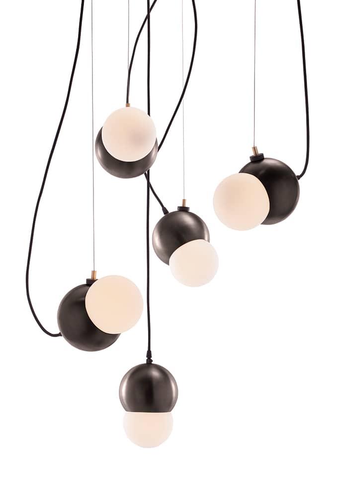 Ensemble de suspensions Maggie finition bronze et diffuseur en verre opalin blanc - Source LED. H 270 x 21 cm - ©Viso