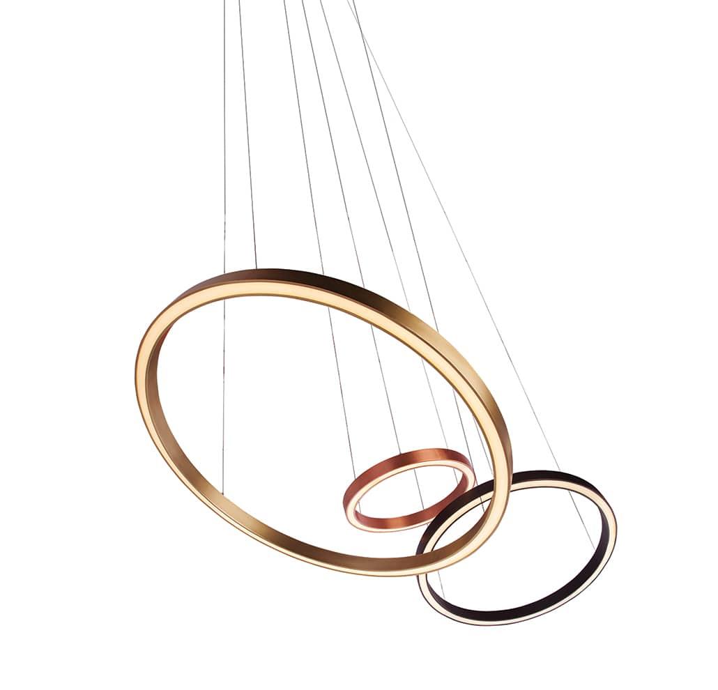 Suspensions The Ring avec une structure en acier disponibles dans 3 tailles, ici en version bronze et cuivre - Design Filipe Lisboa - Source LED - H 270 x ø 61/91,4 ou 121,9 cm - ©Viso
