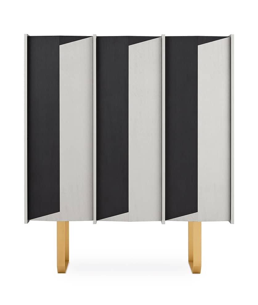 Buffet Diedro en bois blanc Taba Frisé et bois noir Tanganika, avec structure en laiton. Étagères en verre trempé. 131 x 47 x H 153 cm. Design Pietro Russo. ©Gallotti&Radice